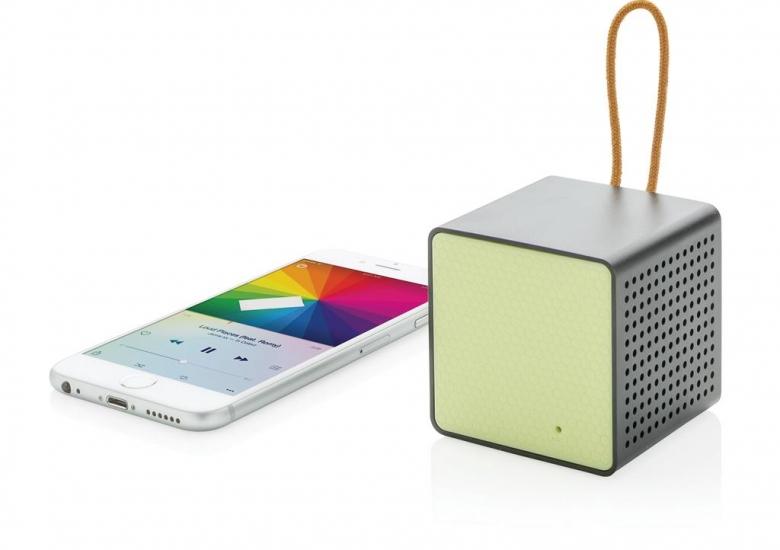 Modni brezžični zvočnik in telefon.